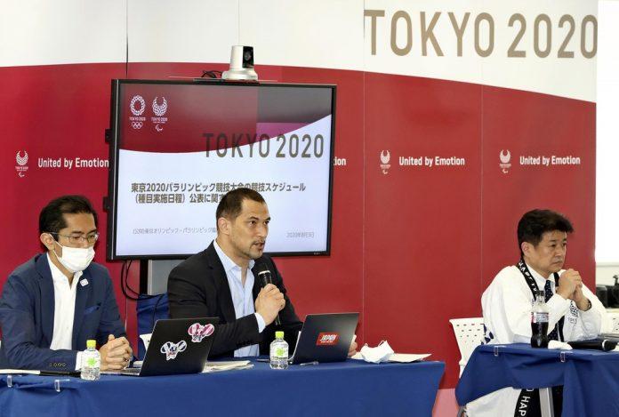 Hidemasa Nakamura (direita), oficial de entrega de jogos de Tóquio 2020 — Foto: The Yomiuri Shimbun via AFP