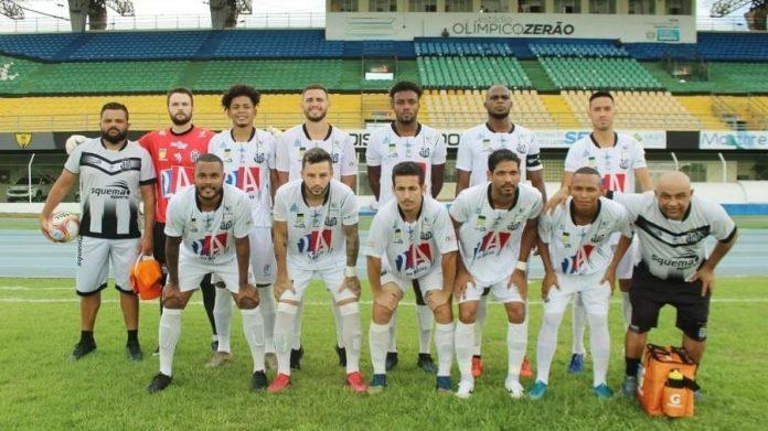 Equipe do Santos-AP antes do duelo com o Sinop, pela Série D: clube enfrenta dificuldades em meio ao apagão Imagem: Santos/Divulgação
