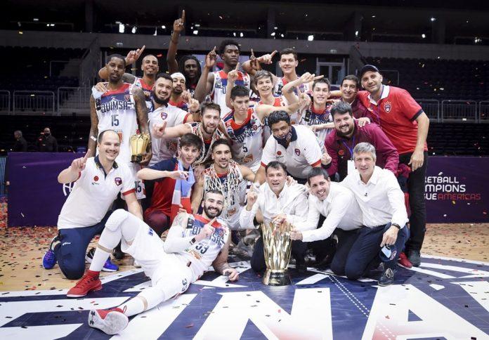 Jogadores do Quimsa, da Argentina, comemoram título continental após vitória sobre o Flamengo na final — Foto: Fiba