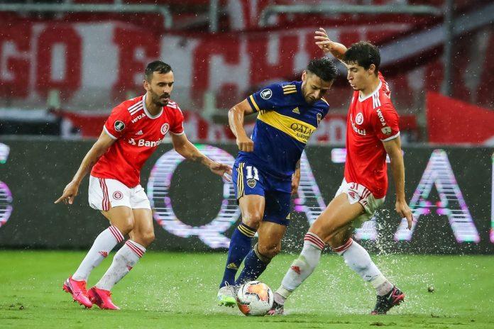 Uendel e Rodrigo Dourado disputam lance com Salvio — Foto: Staff Images/CONMEBOL