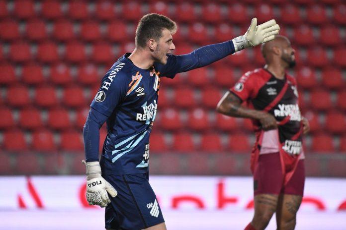 Bento tem três jogos, cinco gols sofridos e vários milagres pelo Athletico — Foto: Staff Images/Conmebol