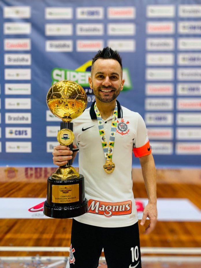 Deives com o título da Supercopa, o último conquistado — Foto: Divulgação