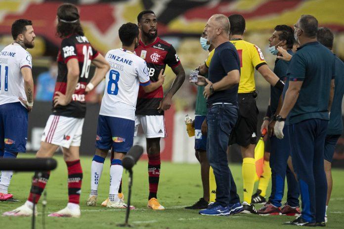 Gerson discute com Mano Menezes em Flamengo x Bahia