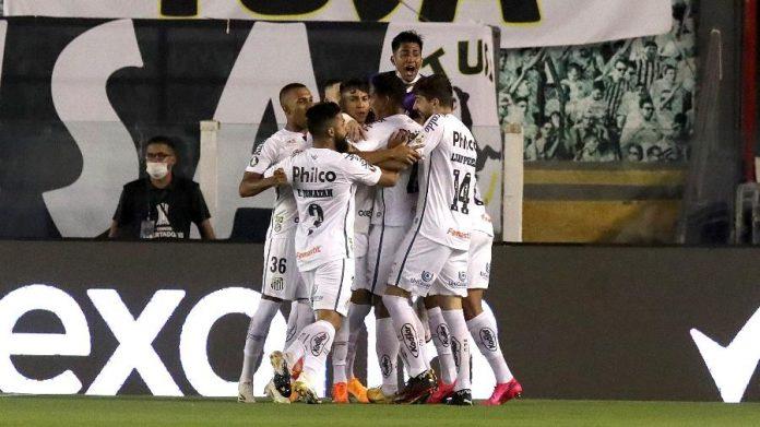 Equipe do Santos comemorando gol.