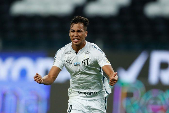 Kaio Jorge, formado na base, marcou o gol do Santos no jogo de ida