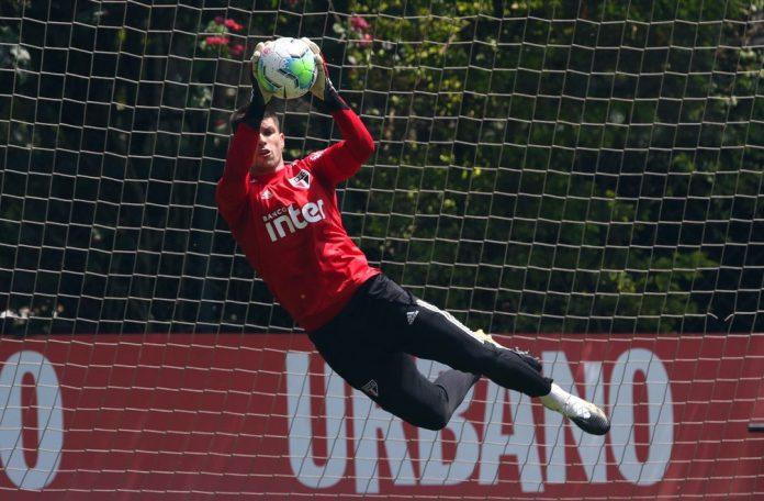 Tiago Volpi em treino do São Paulo
