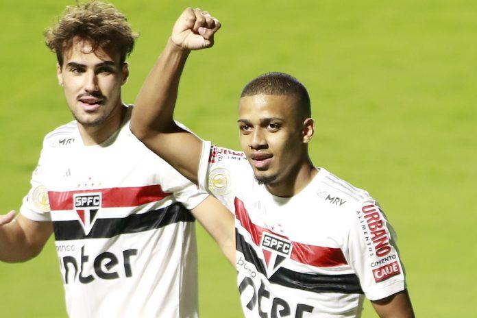 Brenner comemora o segundo gol do São Paulo contra o Goiás — Foto: Marcos Souza/Estadão Conteúdo
