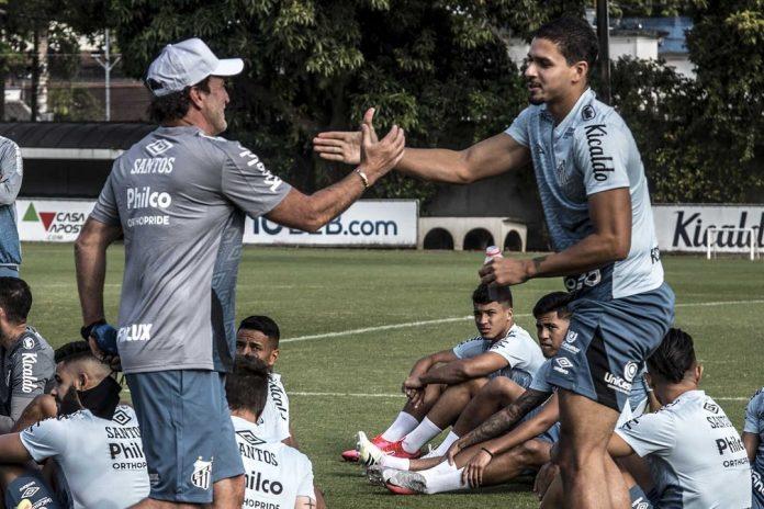 Cuca e Lucas Veríssimo se cumprimentam antes de treino do Santos — Foto: Ivan Storti/Santos FC