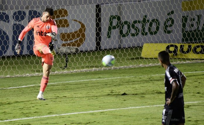 Tiago Volpi em Bragantino x São Paulo — Foto: Marcos Ribolli
