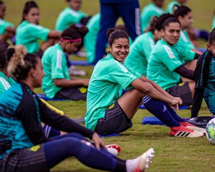 Carol Pereira (centro) é zagueira do time feminino sub-18 do Flamengo