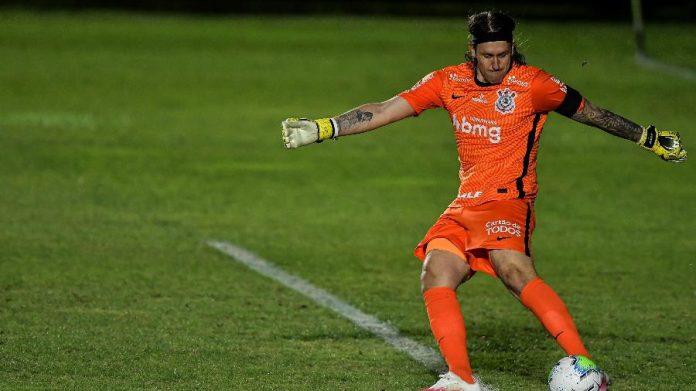 Cássio em ação pelo Corinthians jogando com os pés; goleiro evoluiu no fundamento