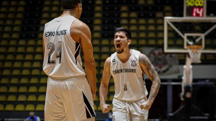 Corinthians comemora 3º conquista seguida do NBB.