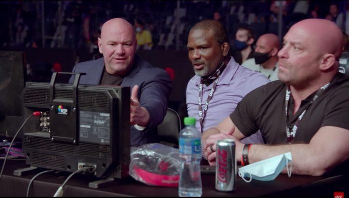 Dana White (esq.) reclama que a luta deveria ser encerrada, ao lado de Din Thomas (centro) e Matt Serra (dir.)