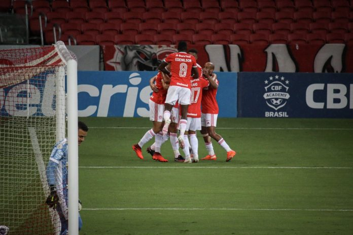 Colorados comemoram gol de Rodrigo Dourado, o segundo do Inter