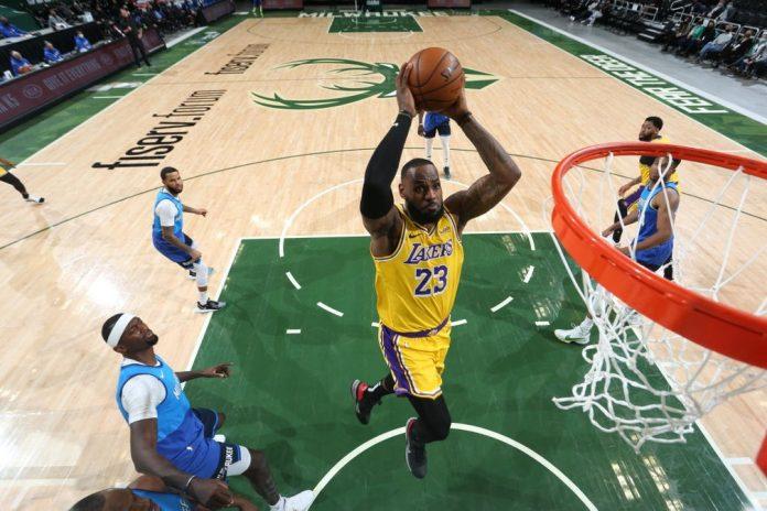 LeBron James sobe para enterrar contra os Bucks