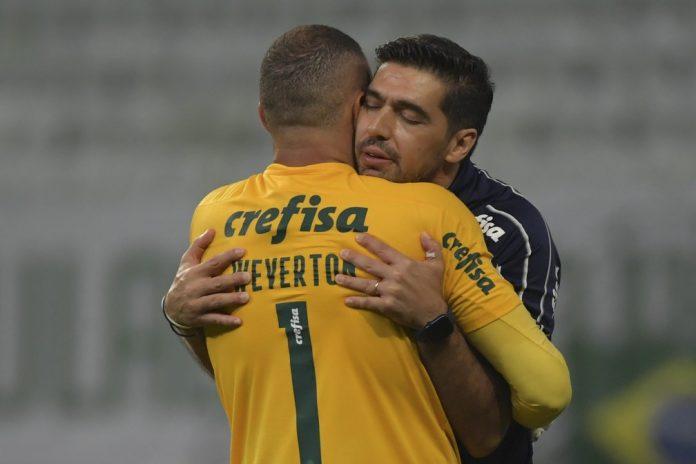 Palmeiras 0 x 2 River Plate: Abel Ferreira e Weverton se abraçam