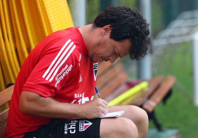 Fernando Diniz em treino do São Paulo