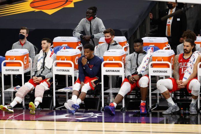 O banco do New Orleans Pelicans. Mesmo jogadores ativos na partida deverão usar máscara enquanto estiverem fora da quadra — Foto: Getty Images