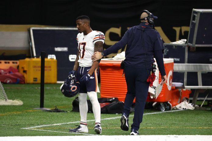 Anthony Miller (camisa 17) é consolado pelo treinador Matt Nagy após ser expulso por socar CJ Gardner-Johnson — Foto: Chris Graythen/Getty Images