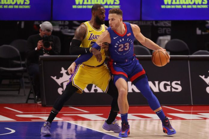 LeBron James e Blake Griffin no jogo entre Lakers e Pistons — Foto: Gregory Shamus/Getty Images