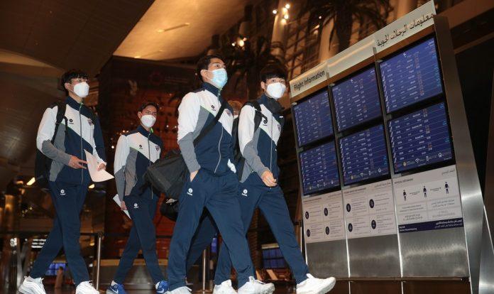 Jogadores do Ulsan Hyundai desembarcam no Catar — Foto: Divulgação/COL