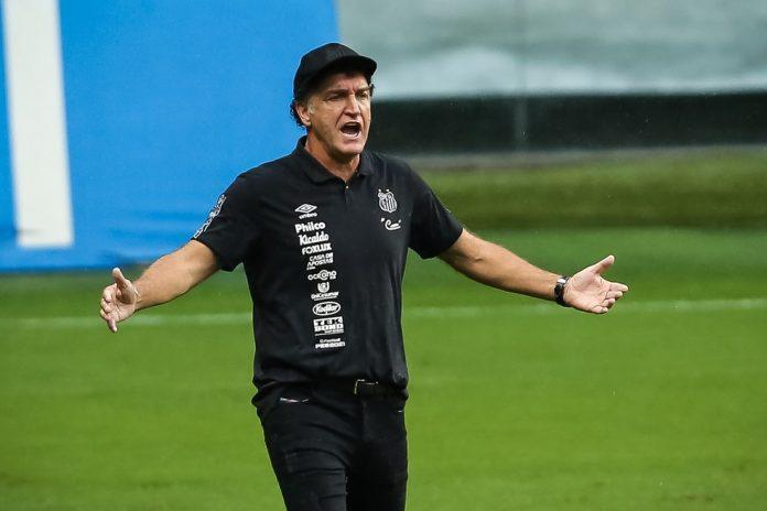 Cuca, técnico do Santos, no jogo contra o Grêmio — Foto: PEDRO H. TESCH/AGIF - AGÊNCIA DE FOTOGRAFIA/ESTADÃO CONTEÚDO