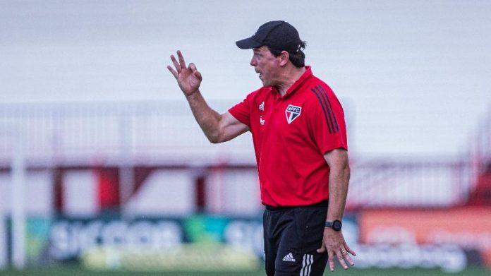 Fernando Diniz comanda o São Paulo à beira do campo contra o Atlético-GO