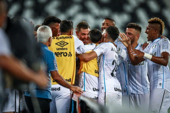 Gremistas comemoram o gol de Churín, o terceiro na goleada