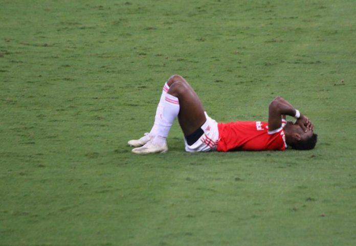 Edenílson cai desolado após o empate com o Corinthians