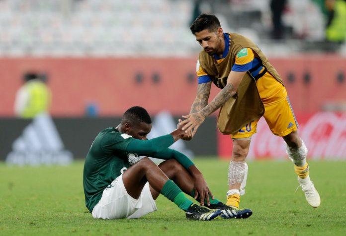 Patrick de Paula é consolado por Aquino após a derrota do Palmeiras