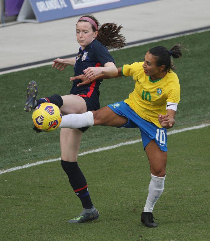 Rose Lavelle e Marta disputam a bola no amistoso entre EUA e Brasil