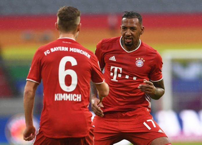 Boateng agradece Kimmich pela assistência para o primeiro gol do Bayern — Foto: Reuters