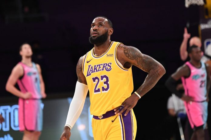 LeBron James é principal referência do Los Angeles Lakers sem Anthony Davis — Foto: Adam Pantozzi/NBAE via Getty Images