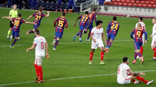 Jogadores do Barcelona comemoram o gol de Piqué, que garantiu a prorrogação contra o Sevilla