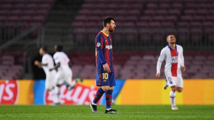 Messi caminha enquanto jogadores do PSG comemoram mais um gol do clube francês ao fundo. Foto: Alex Caparros - UEFA/UEFA