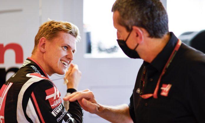 Mick Schumacher conversa com o chefe da Haas, Gunther Steiner