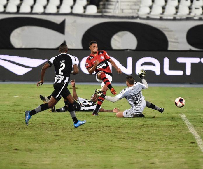 Rodrigo Muniz marca o primeiro gol do Flamengo sobre o Botafogo