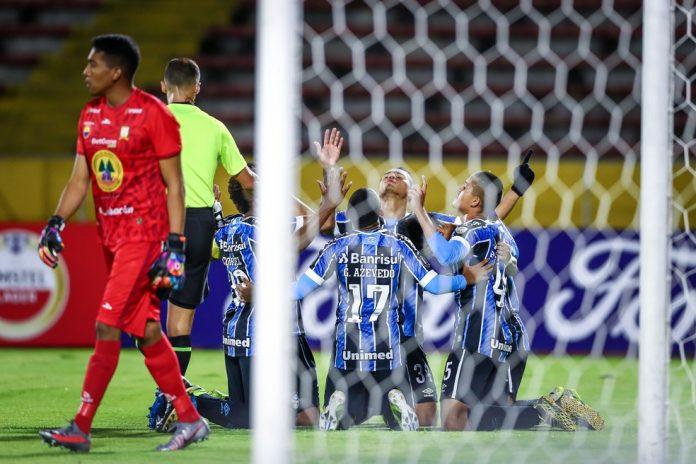 Jogadores gremistas comemoram gol sobre o Ayacucho