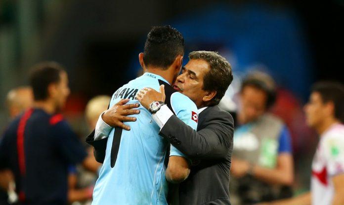 Keylor Navas é abraçado pelo técnico Jorge Luis Pinto, após a eliminação da Costa Rica para a Holanda na Copa do Mundo de 2014