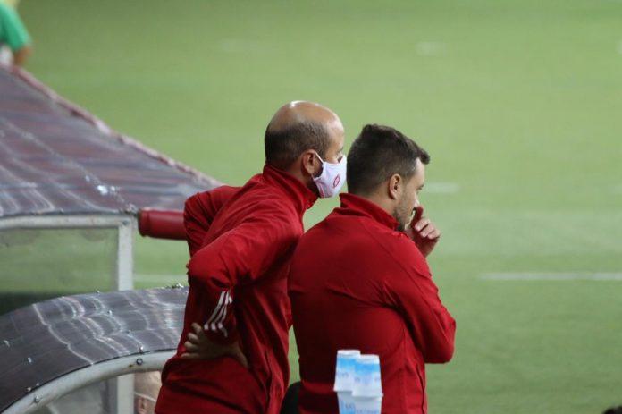 Miguel Ángel Ramírez conversa com Martín Anselmi na área técnica durante jogo do Inter