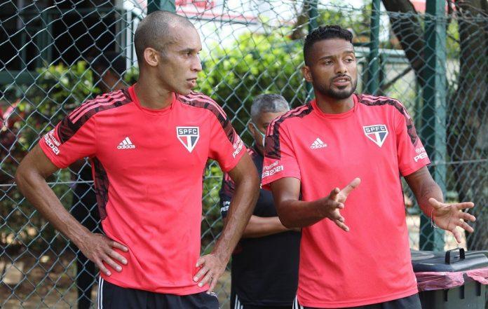Miranda (36) e Reinaldo (31) conversam no CT do São Paulo