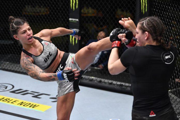 Mayra Sheetara solta um chute alto contra a americana Montana de la Rosa no UFC Rozenstruik x Gané