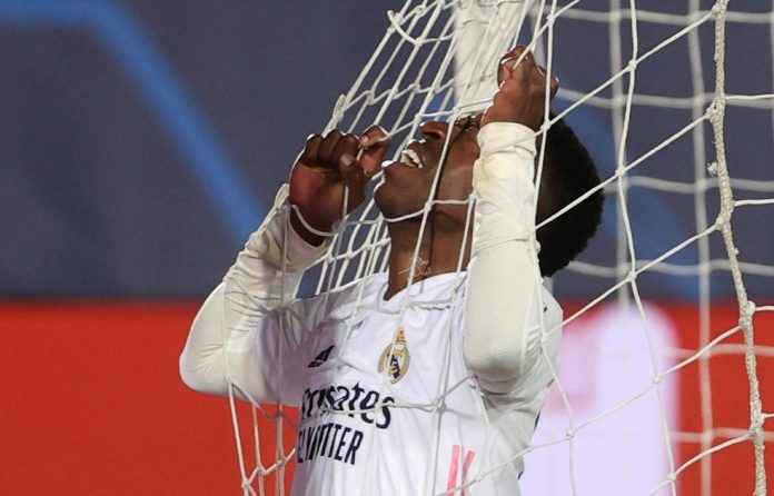 Vinicius Junior lamenta o gol perdido pelo Real Madrid contra Atalanta após cruzar quase todo o campo — Foto: Juanjo Martín/EFE