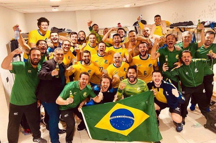 Seleção masculina de handebol faz festa no vestiário após a vitória da Noruega sobre a Coreia do Sul, que garantiu a vaga brasileira em Tóquio — Foto: Reprodução Instagram / João Pedro Francisco