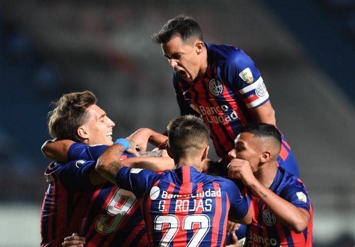 Jogadores do San Lorenzo comemoram o primeiro gol na partida contra a Universidad de Chile — Foto: REUTERS/Ronaldo Schemidt
