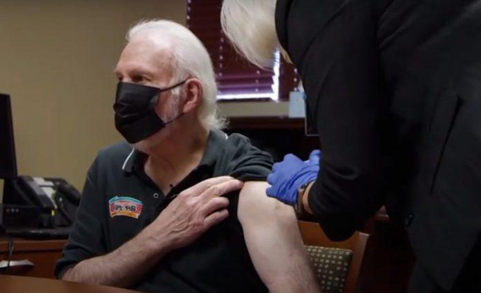 Gregg Popovich recebe vacina contra a Covid-19 — Foto: Reprodução