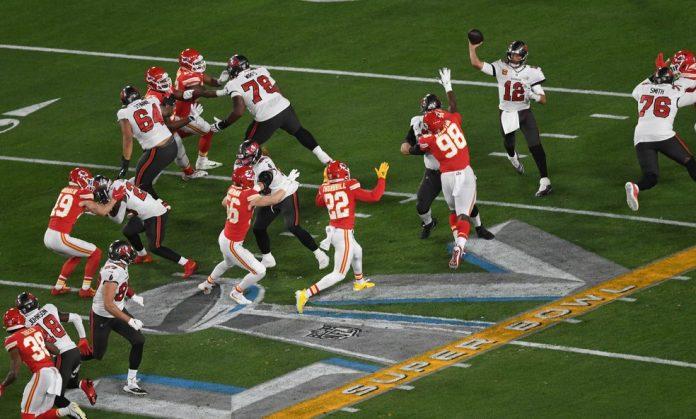 Imagem do Super Bowl LV, entre Bucs e Chiefs. Vacina não será obrigatória para a próxima temporada — Foto: James Lang-USA TODAY Sports