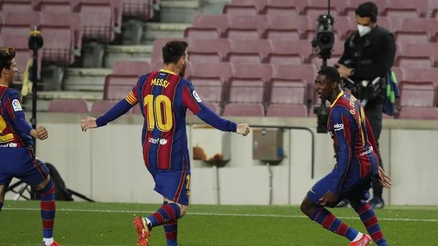 Dembélé comemora com Messi o gol da vitória do Barcelona sobre o Real Valladolid