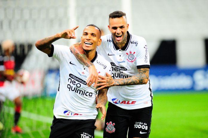 Otero e Luan comemoram gol do Corinthians contra o Ituano