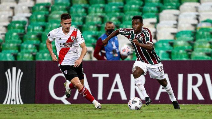 Cazares conduz a bola em duelo entre Fluminense e River Plate pela Libertadores